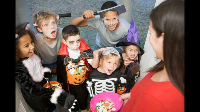 trick-or-treating-apartment